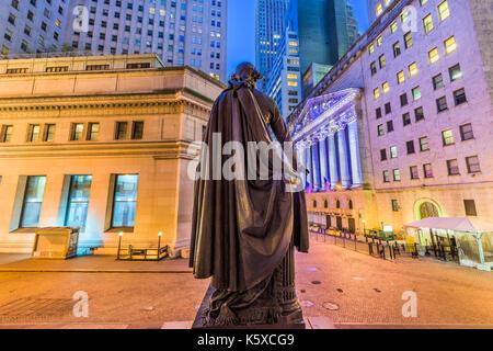 New York City, USA, an der Wall Street von Federal Hall in Lower Manhattan. - Stockfoto