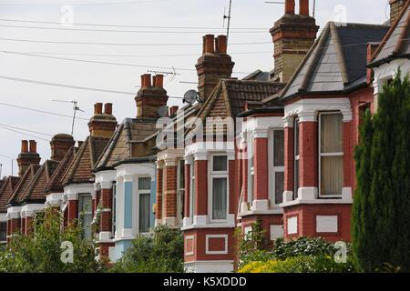 Häuser zum Verkauf in London wohnstraße am 11. August 2017. Das Königliche Institut für Chartered Surveyors Mitglieder - Stockfoto