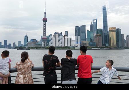 Menschen und Touristen beobachten der Bund von Shanghai, China, Asien mit den Fluss Huangpu. Landschaft in der chinesischen - Stockfoto