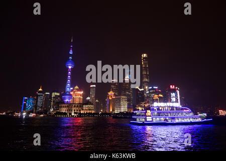 Der Bund von Shanghai, China, Asien mit Fluss Huangpu in der Nacht. Landschaft in der chinesischen Stadt mit Skyline, - Stockfoto