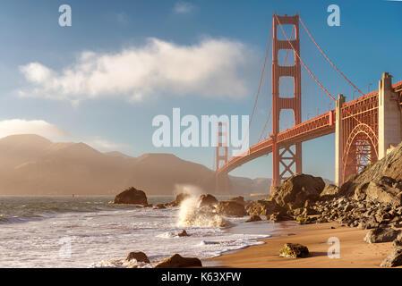 Golden Gate Bridge vom Strand in San Francisco bei Sonnenuntergang.