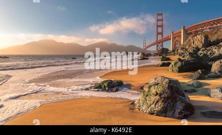 Golden Gate Bridge vom Strand in San Francisco bei Sonnenuntergang. - Stockfoto
