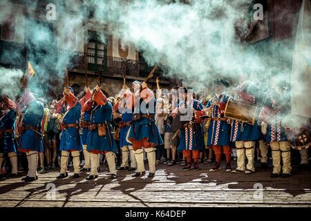 """Barcelona, Spanien. 11 Sep, 2017. Die """"iquelets von Barcelona"""", Historische gekleidete Soldaten, Salute vor der - Stockfoto"""