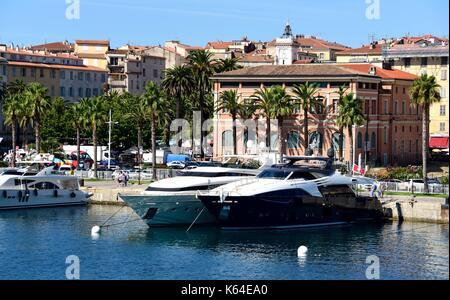 Ajaccio, Frankreich. 17. Juli 2017. Motoryachten im Hafen von Ajaccio auf der Insel Korsika (Frankreich), 17. Juli - Stockfoto