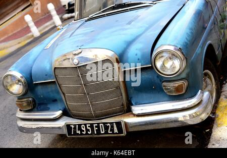 Ajaccio, Frankreich. 17. Juli 2017. Historische Wagen vom Typ Mercedes-Benz in einer Straße von Ajaccio auf der - Stockfoto