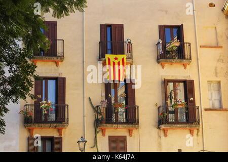 Tarragona, Spanien. 11 Sep, 2017. Gebäude mit Flagge, der behauptet, der independecia für Katalonien, in Spanien - Stockfoto