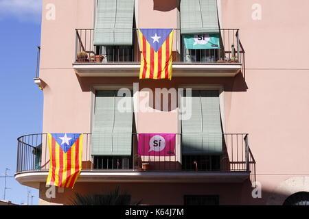 Tarragona, Spanien. 11 Sep, 2017. Gebäude mit Fahnen, die den Anspruch hat, in Katalonien zu stimmen, in der Unabhängigkeit - Stockfoto