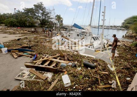 Miami, FL, USA. 11 Sep, 2017. Ein Segelboot ist abgestürzt und zertrümmerte am Abendessen Key Marina in Miami. Mike - Stockfoto