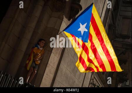 Barcelona, Katalonien. 11 Sep, 2017. Spanien. September 11th, 2017. Hunderte von Meilen von Menschen kommen aus - Stockfoto