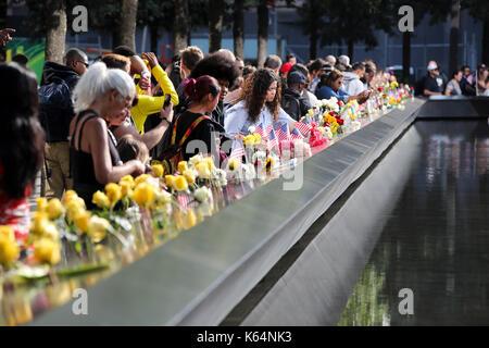 New York, USA. 11 Sep, 2017. Die Menschen Blumen auf Platten, auf denen die Namen der 11 Opfer rund um den Süden - Stockfoto