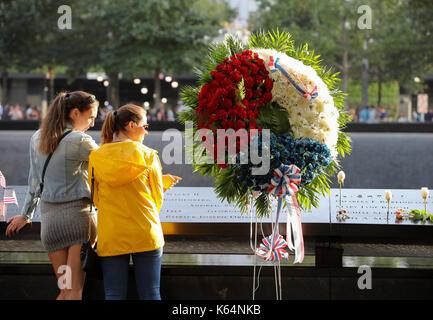 New York, USA. 11 Sep, 2017. Menschen stehen neben Platten, auf denen die Namen der 11 Opfer rund um den Süden Pool - Stockfoto