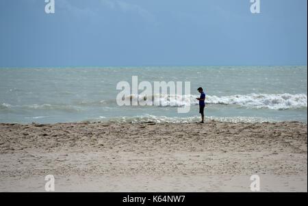 Miami, USA. 11 Sep, 2017. Ein Mann steht an einem Strand nach dem Hurrikan Irma durch die Gegend fegte, in Miami, - Stockfoto