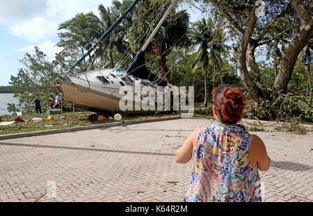 Miami, Florida, USA. 11 Sep, 2017. Ein Segelboot kam in der Nähe von einem Parkplatz aus Abendessen Schlüssel in - Stockfoto