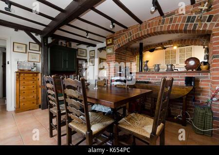 Fußboden Aus Alten Weinfässern ~ Antike eiche tisch und stühle im dunkel rosa land esszimmer mit