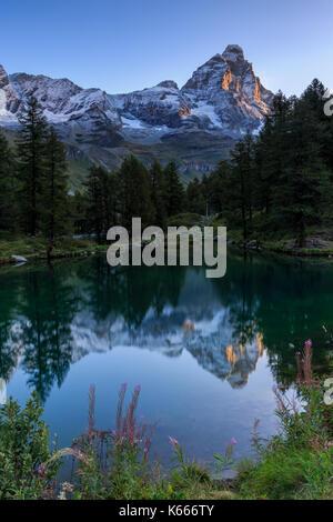 Lago Blu (Blauer See) mit Monte Cervino (Matterhorn), Breuil Cervinia Aostatal, Alpen, Italien - Stockfoto