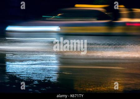 Leichte Wanderwege auf der Nacht Straße. Abstrakte Nacht speed motion. - Stockfoto