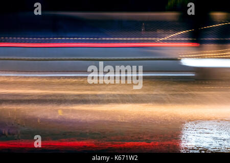 Hohe Geschwindigkeit und verschwommenes Autos leichte Wanderwege auf Stadt Straße bei Nacht - Stockfoto