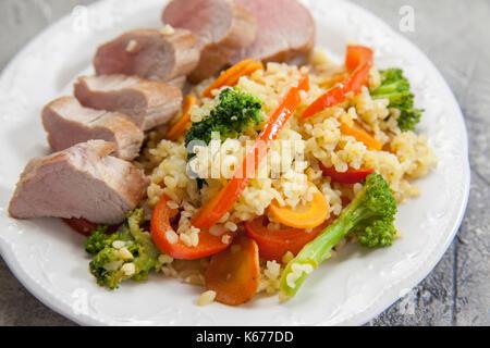 Mit Gemüse und Roastbeef Kalbssteak Bulgur - Stockfoto