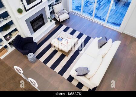 ... Eine Ansicht Aus Einem Wohnzimmer Mit Einem Weißen Couch, Kamin,  Sesseln Und In Bookselves