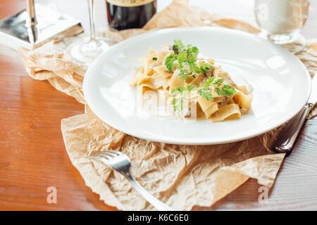 Spinat Bandnudeln auf Platte - italienische Speisen Stil - Stockfoto