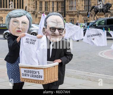 London, Großbritannien. 12 Sep, 2017. Maskierte Demonstranten warten außerhalb des Parlaments für die Ankündigung - Stockfoto
