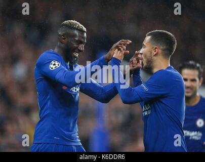 London, Großbritannien. 12 Sep, 2017. Tiemoue Bakayoko (L) von Chelsea feiert mit Eden Hazard nach zählen während - Stockfoto