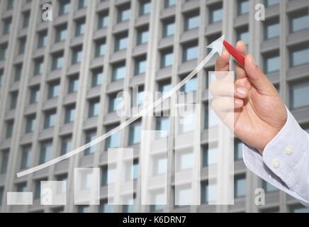 Geschäftsmann in der Spitze der Business graph auf abstrakten Skyscraper Wand Hintergrund, Konzept finanzielle Symbole - Stockfoto