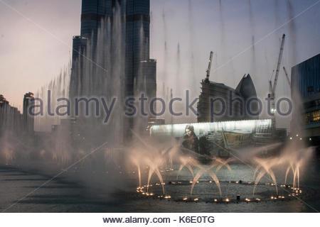 Dubai, Vereinigte Arabische Emirate - ca. August 2014: Wasser zeigen bei Sonnenuntergang an der Dubai Mall - Stockfoto