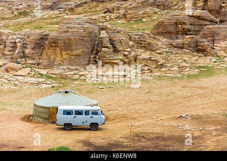 Eine russische, touristische van den Spitznamen der Laib außerhalb einer Jurte im Tal von felsigem Gelände Landschaft - Stockfoto