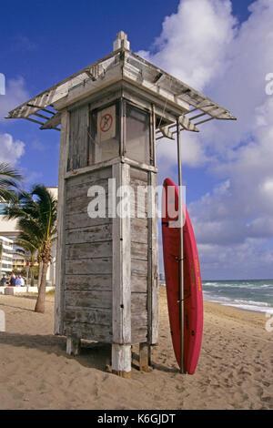 Rescue Surfboard gegen einen Lifeguard Tower am Strand lehnen, Fort Lauderdale, Florida, USA - Stockfoto