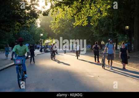 London, England, Großbritannien - 23 August 2016: Touristen Ride' boris Bike' Stadt Fahrräder im Londoner Hyde Park - Stockfoto