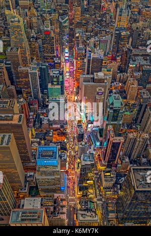Antenne Times Square New York City - Luftaufnahme in der Nacht zu den Wahrzeichen des Times Square in der 42nd Street - Stockfoto