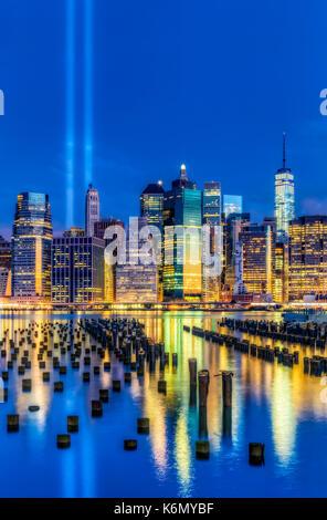 Manhattan NYC 911 Tribut - zwei Lichtstrahlen/ hoch in den blauen Himmel bei der Lower Manhattan Skyline während - Stockfoto