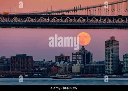 Super Mond über Manhattan NYC - ein Blick auf die Manhattan Bridge mit dem Super Mond. Die supermoon war eine Show - Stockfoto