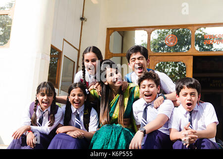 Schule Kinder Schüler und Lehrer sitzen Teenager in der Schule Treppen - Stockfoto