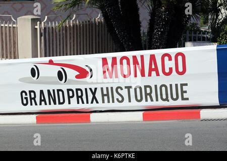 Monte Carlo, Monaco - 18. Mai 2016: rote und weiße Monaco Grand Prix Historique Namensschild in Monte-Carlo, Monaco - Stockfoto
