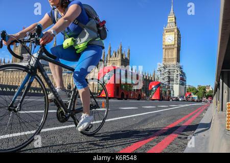 London, Großbritannien. 13 Sep, 2017. Radfahrer fahren auf die Westminster Bridge unter blauem Himmel in herrlichen - Stockfoto
