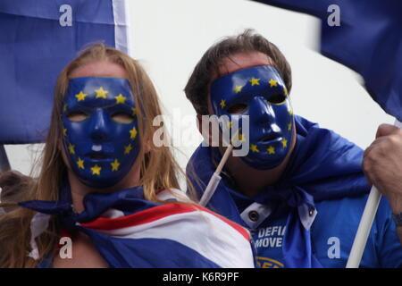 London, Großbritannien. 13 Sep, 2017. Die Menschen in der EU Masken mit den Fahnen sind gemeinsam gegen Brexit. - Stockfoto