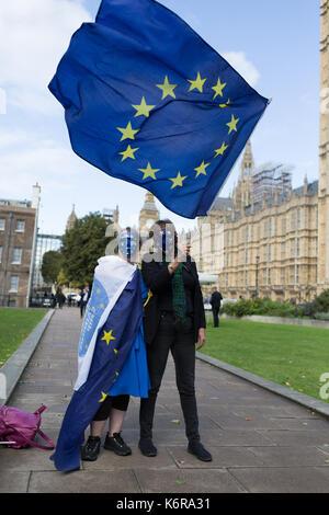 London, Großbritannien. 13 Sep, 2017. Pro-EU bleiben Wähler schwenkten EU-Flagge ausserhalb Westminster vor der - Stockfoto