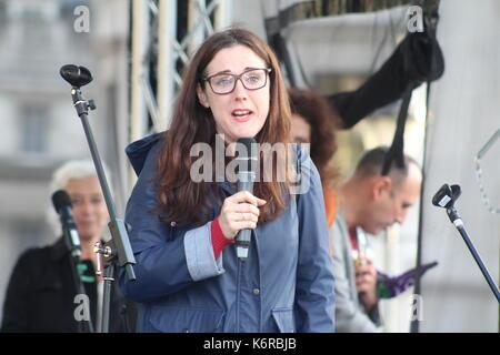 London, Großbritannien. 13 Sep, 2017. Komiker und politischer Aktivist Grainne Maguire spricht eine Rallye für EU - Stockfoto