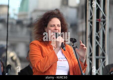 London, Großbritannien. 13 Sep, 2017. Sänger und Dirigent Barbara Hoefling spricht auf der Kundgebung für die EU - Stockfoto