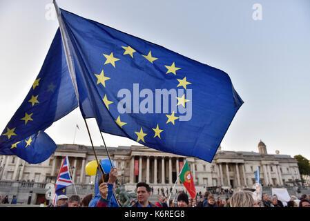 London, Großbritannien. 13 Sep, 2017. Menschen versammeln sich zu einer Kundgebung am Trafalgar Square in London, - Stockfoto