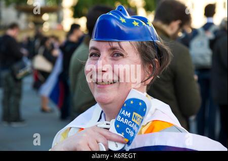 London, Großbritannien. 13 Sep, 2017. Eine Frau mit einer Europäischen Union Maske auf dem Kopf wird dargestellt, - Stockfoto