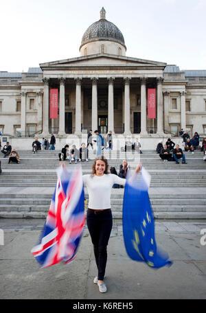 London, Großbritannien. 13 Sep, 2017. Eine Frau wird dargestellt, während eine Flagge von dem Vereinigten Königreich - Stockfoto