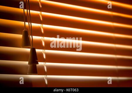 Orange Kunststoff horizontale Jalousien close-up als Hintergrund. - Stockfoto