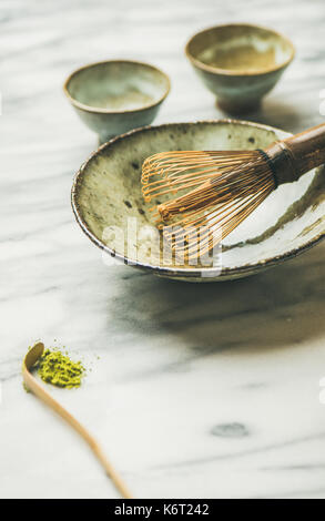 Japanische Werkzeuge und Schalen für die Zubereitung von Matcha Tee, kopieren Raum - Stockfoto