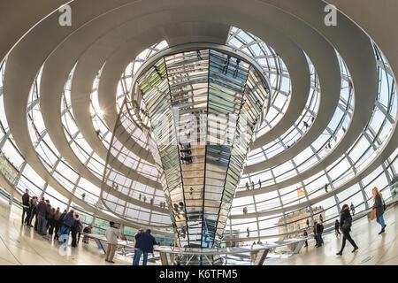 BERLIN, DEUTSCHLAND - 10. MAI 2017: Touristische im Berliner Reichstag (Bundestag) Glaskuppel, Berlin, Deutschland - Stockfoto