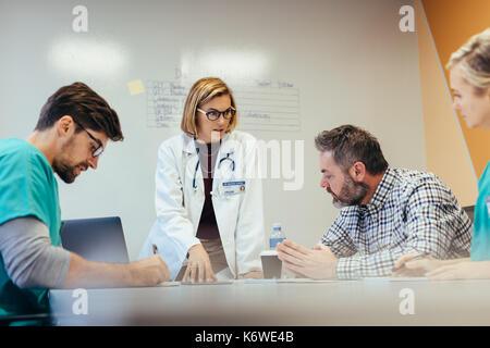 Weibliche Führung. Das medizinische Personal in Konferenz Konferenz im Krankenhaus. Ärztin briefing Krankenhauspersonal - Stockfoto