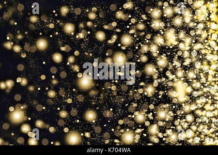 Golden Schneeflocken wirbeln auf schwarzem Hintergrund. Schneefall in der Nacht. Neues Jahr Weihnachten. Auf einem - Stockfoto