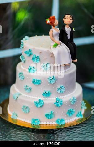 Lustige Figuren Suite zu einem Luxus Hochzeit weiß Kuchen. - Stockfoto